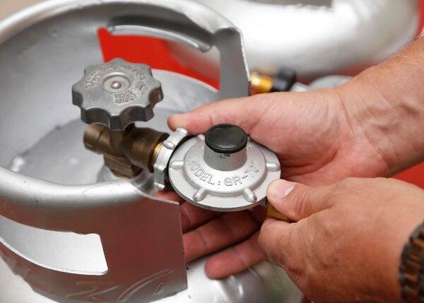 La nueva válvula es hecha en acero, se enrrosca al ciclindro y tiene un mecanismo de cierre mucho más seguro que las utilizadas comúnmente en los hogares. Foto: Albert Marín.