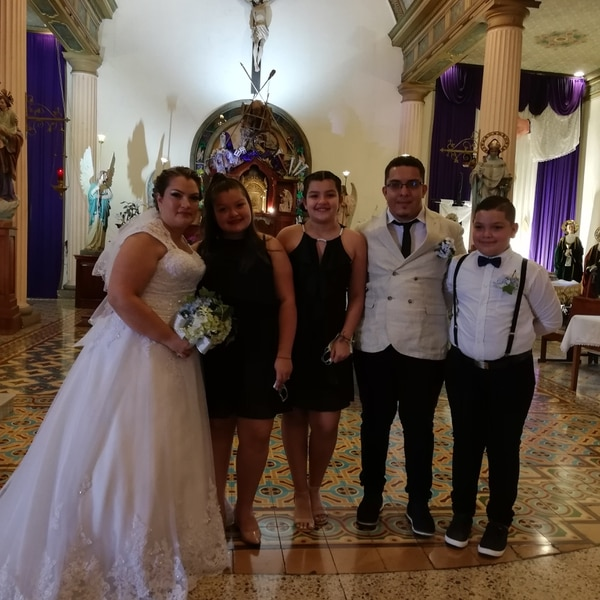 Los esposos con sus tres hijos, quienes estaban superfelices y hasta lloraron de la emoción. Foto Eduardo Vega Arguijo.