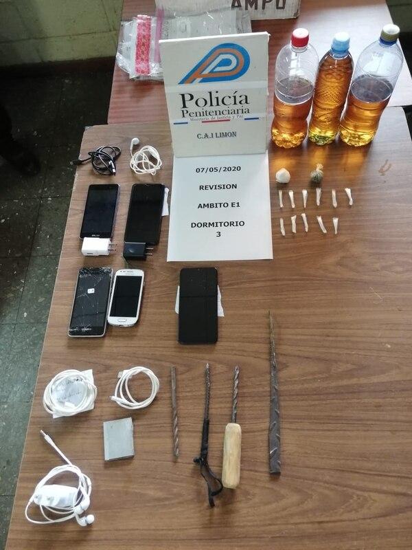 A diario los uniformados decomisan celus y hasta armas hechizas. Foto Ministerio de Justicia.