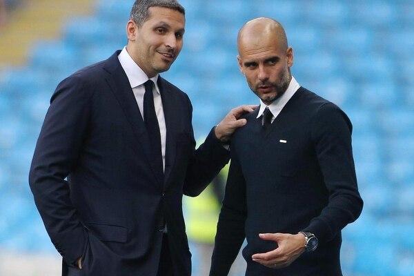 Khaldoon Al Mubarak (izq) presidente del Manchester City y Pep Guardiola fallaron en su primer intento por sacar a Lio Messi del Barcelona. AFP