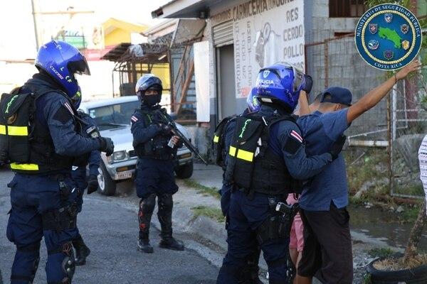 Los uniformados han estado consultado personas en los lugares más conflictivos para ver si tienen cuentas pendientes con la justicia. Foto: MSP.