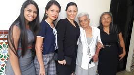 Doña Tita conoció la Asamblea Legislativa y vio a su hijo debutar como diputado