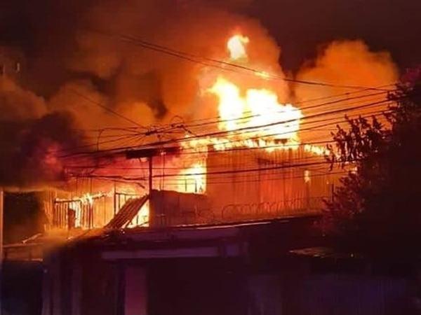 Debido a los acelerantes sobre el cuerpo de la víctima y en su casa las llamas ardieron con más fuerza. Foto: Bomberos