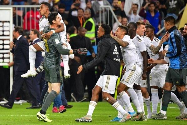 Los jugadores del Real Madrid celebraron con Thibaut Courtois el título de la Super Copa de España. FOTO: Giuseppe CACACE / AFP.