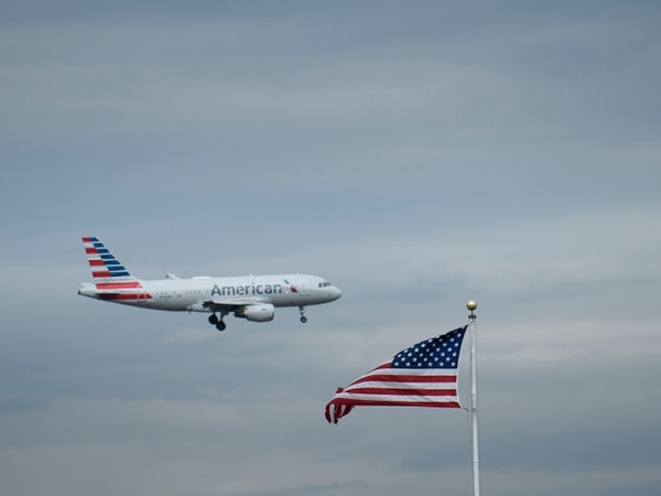 Un avión de American Airlines se acerca al Aeropuerto Nacional Ronald Reagan de Washington, en Arlington, Virginia. Estados Unidos suspendió los servicios aéreos con Venezuela alegando motivos de seguridad. Foto: AFP