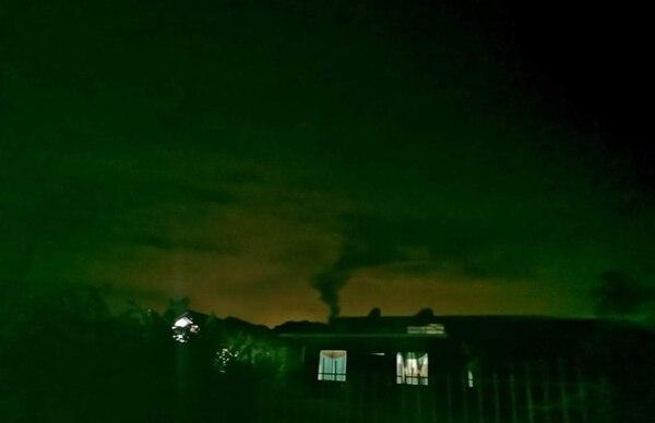 La erupción de este domingo se mantuvo activa por varias horas. Foto cortesía de Ahora Noticias.