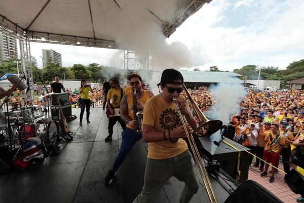 Los Ajenos amenizaron la mañana con un conciertazo en La Sabana. Foto: Alonso Tenorio.