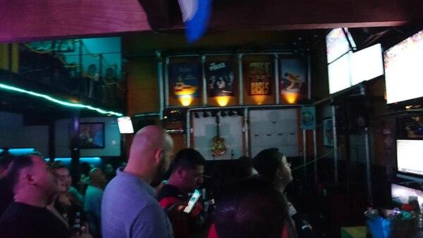 En el bar Yellow Submarine en Tibás no cabía un alma más este domingo, tener Tigo les jaló muchos clientes. Foto: Cortesía.