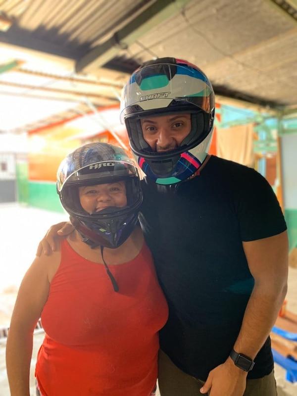 Doña Lourdes ya le pidió a Mike que venda la moto. Cortesía.