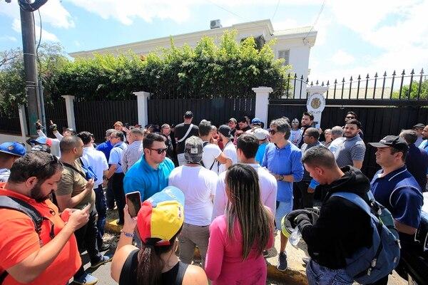 Los seguidores de Nicolás Maduro y de Juan Guaidó se manifestaron en la Embajada de Venezuela en Los Yoses. Foto: Rafael Pacheco