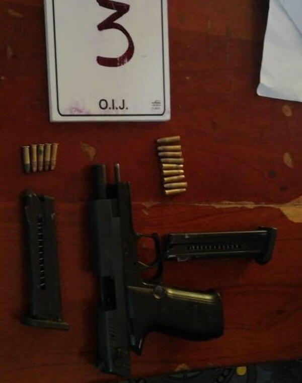 En apariencia esta fue la pistola que robaron en uno de los asaltos. Foto OIJ