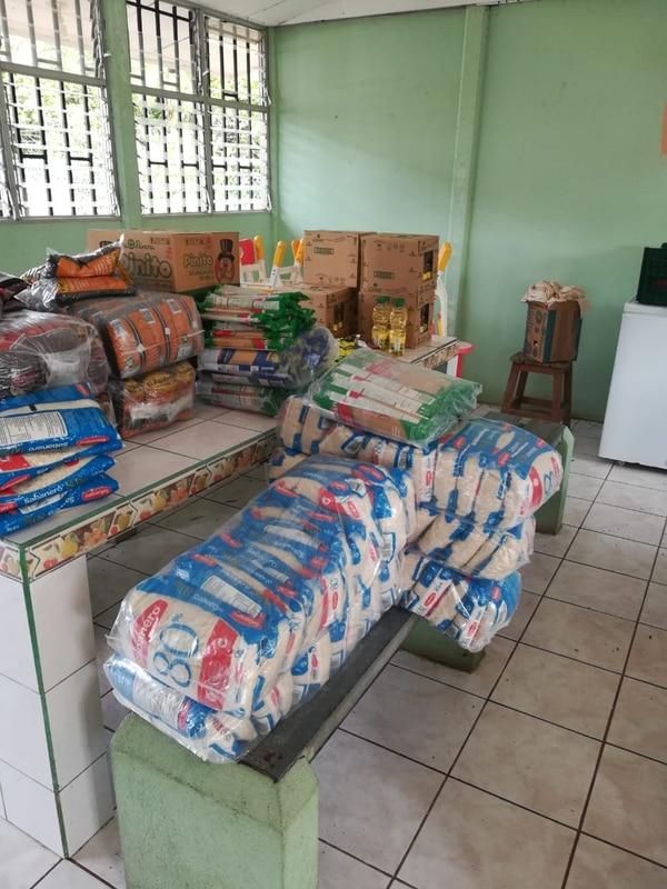 Cada estudiante recibe el equivalente a lo que se comería en el comedor del centro de educación durante 22 días en un tiempo de alimentación. Cortesía.