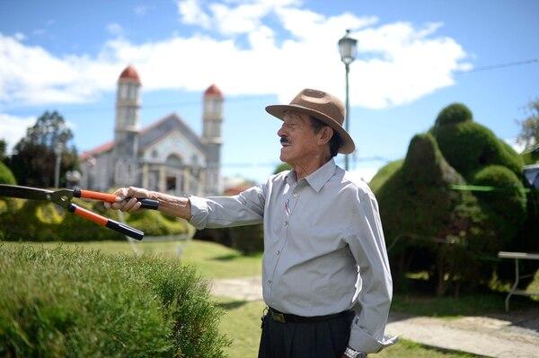 Evangelista Blanco siempre está disponible en el parque de Zarcero. Foto: Jorge Navarro.