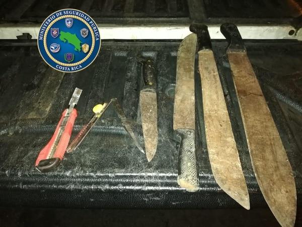Los oficiales decomisaron varios cuchillos. Foto: MSP