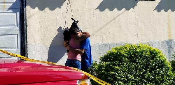 El esposo de la mujer muerta y papá de las niñas se mostró devastado cuando supo de la tragedia. Foto: Francisco Barrantes.