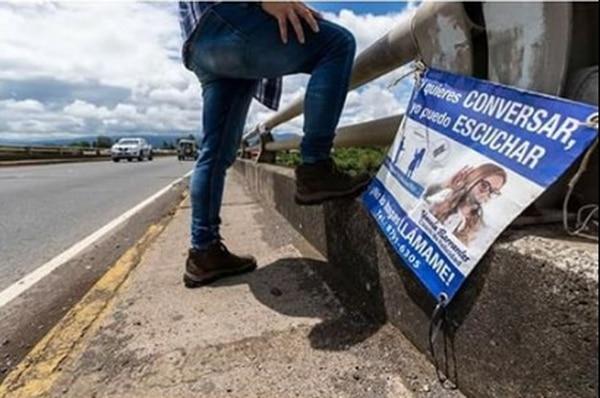 Yanela Barrantes hizo una campaña contra el suicidio en el puente Saprissa, que ahora tiene vallas para evitar que la gente se tire. Foto: Yanela Barrantes.