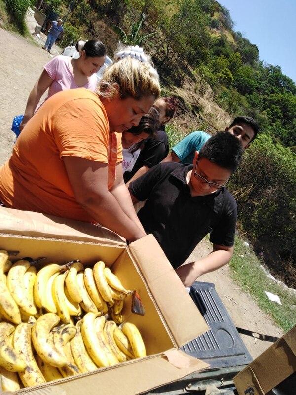 Gran cantidad de bananos fueron donados y las familias los recibieron con mucha alegría. Cortesia.