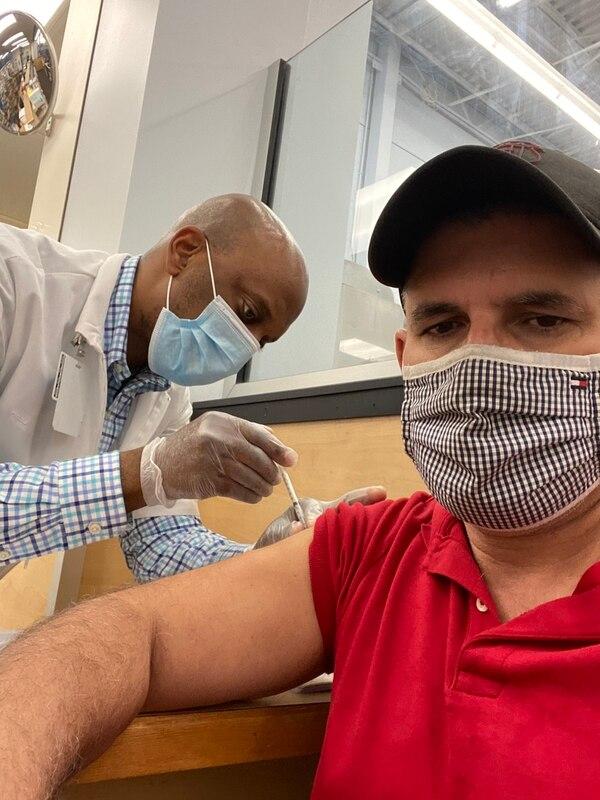 Uno de los aficionados, de apellido Batalla, fue vacunado en Atlanta. Foto: Twitter.