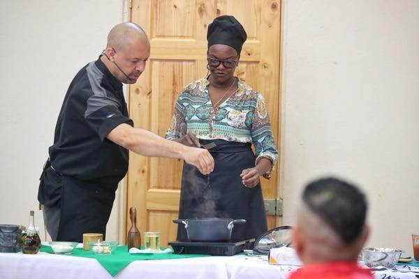 El chef Óscar Castro y Shirley prepararon un delicioso rice and beans. Foto John Durán