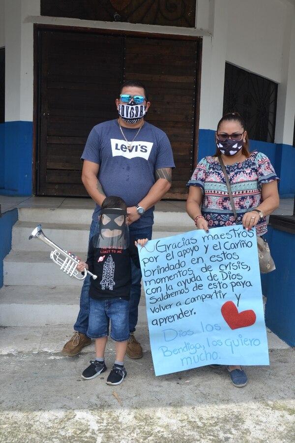 La familia Sánchez Rodríguez recibió con alegría la visita, Yamil de 4 añitos estaba emocionado. Foto Shirley Vásquez