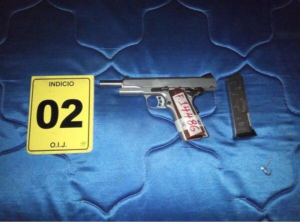 Las autoridades encontraron armas de diferentes calibres. Fotos: OIJ