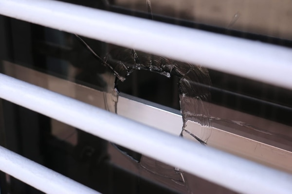 Las balas alcanzaron las instalaciones del banco. Foto: R. Montero