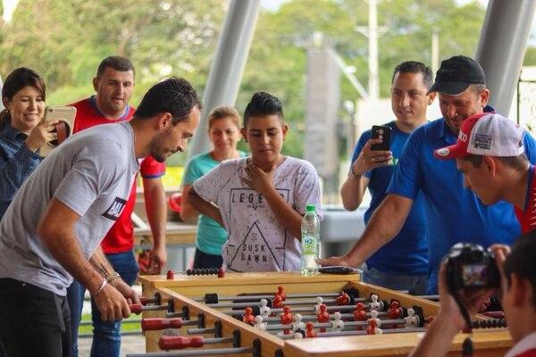 Los rescatistas pescaron a Ureña mientras firmaba autógrafos y jugaba futbolín con unos aficionados. Foto tomada por Gilberth Villalobos, cortesía Materiales Villa