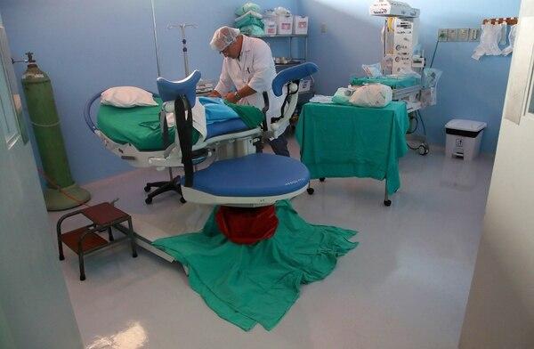 Un parto vertical y un celeste que las tranquiliza son parte de los ajustes en la sala de partos del hospital de San Vito / Foto: John Durán