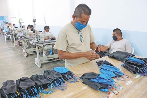 Reos de la prisión de Ixcotel, Oaxaca, en México, confeccionan cubrebocas. Foto: EL UNIVERSAL
