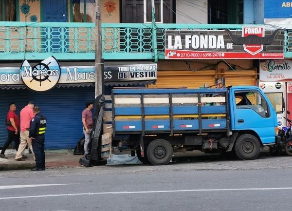 La víctima murió a pocos metros de la tienda. Foto Reyner Montero.