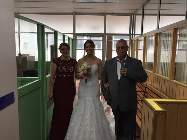 Así hizo la marcha nupcial la novia. Cortesía: Hospital de San Carlos