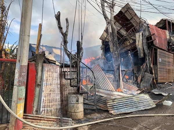 Los bomberos no han dicho cuántos son los afectados, pero preliminarmente dicen que serían al menos cinco familias. Foto: Bomberos