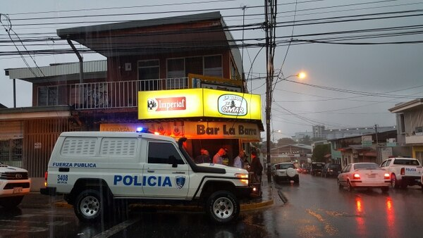 Las autoridades cayeron en combo para echarle candado al bar. FCO. BARRANTES