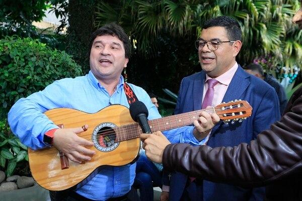 La despedida se convirtió en pachanga una vez que terminó la edición de mediodía de Telenoticias. Foto: Rafael Pacheco
