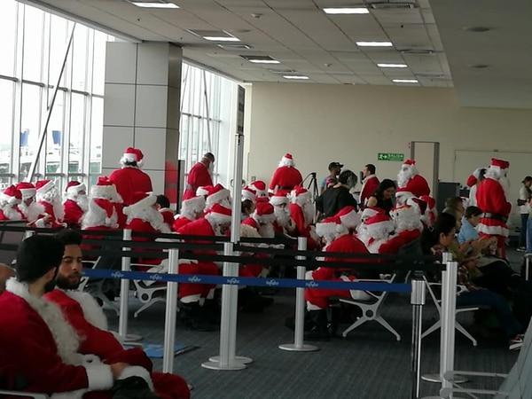 Los Santas también descansaron entre tanto espíritu navideño. Foto: Katiana Murillo