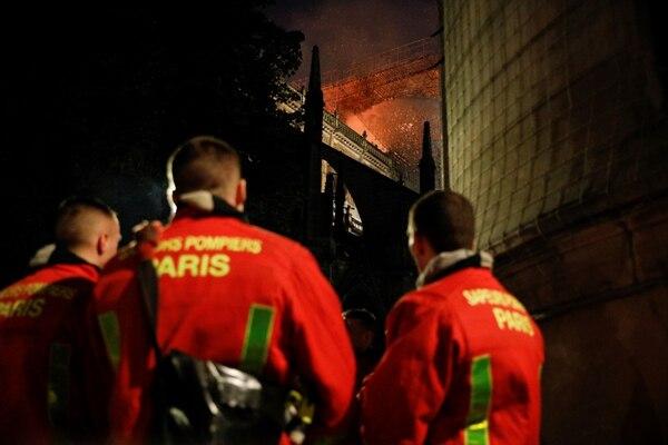 Hay quienes dicen que el agua lanzada por los bomberos daña tanto la piedra como las llamas.