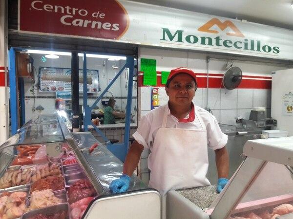 Don Francisco Mora, en el mercado Central de San José, asegura que el invierno provoca una venta loca de carne para olla. Eduardo Vega Arguijo