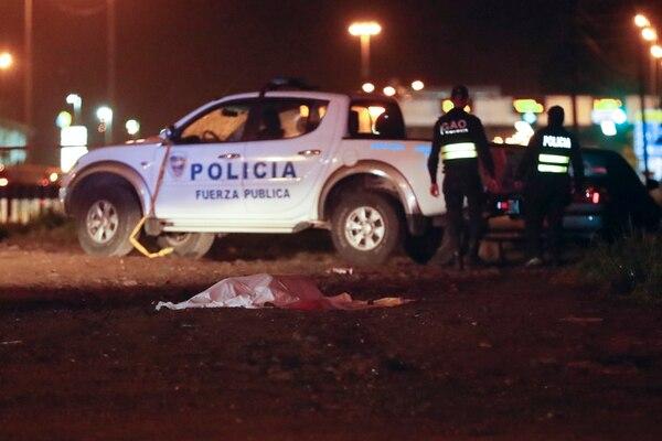 17/07/2017, Cartago, Tres Ríos, frente al Terramall, asesinan a un hombre de varios impactos de bala en una calle paralela a la pista Florencio del Castillo frente al Terramall. Fotografía José Cordero