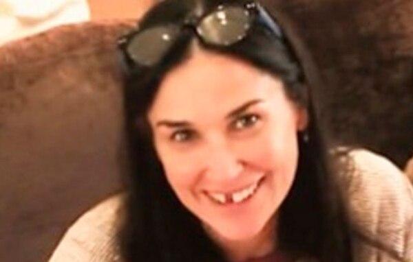 Demi Moore acudió al programa de Jimmy Fallon y enseñó esta fotografía en la que se ve sin dos dientes de adelante.
