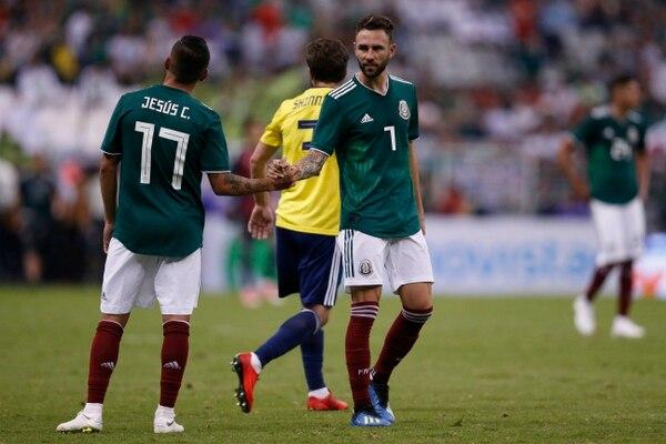 Miguel Layún a la derecha junto a su compañero Jesús Corona, en un amistoso contra Escocia, en el año 2018. AP