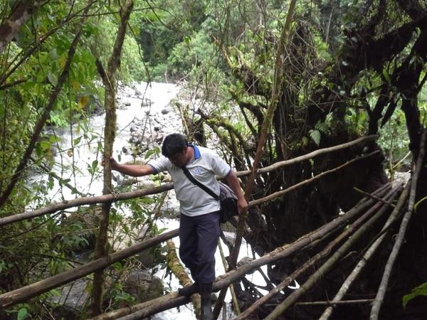 El ATAP, Edwin Herrera, se faja bonito a caminar para llegar a las poblaciones indígenas. Cortesía.