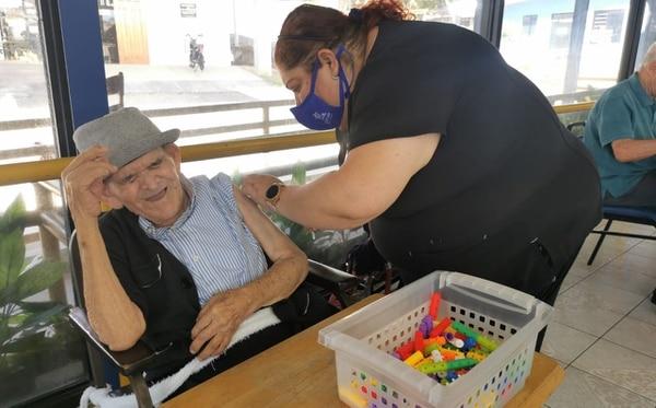 Kathlen Barquero fue la encargada de ponerle las dos vacunas a Chepito. Foto: Coopesana.