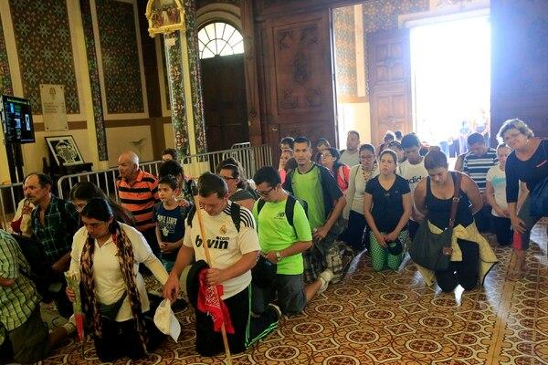 Una vez en la basílica, cientos de romeros entran de rodillas a los pies de la virgencita. Foto: Rafael Pacheco
