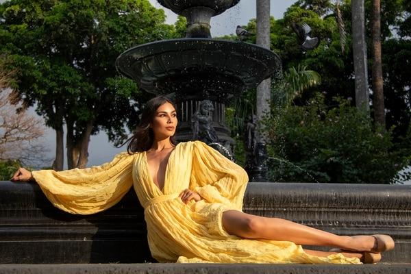Ivonne ve de cerca la corona en Miss Universo. Arnoldo Robert. FB MissCR