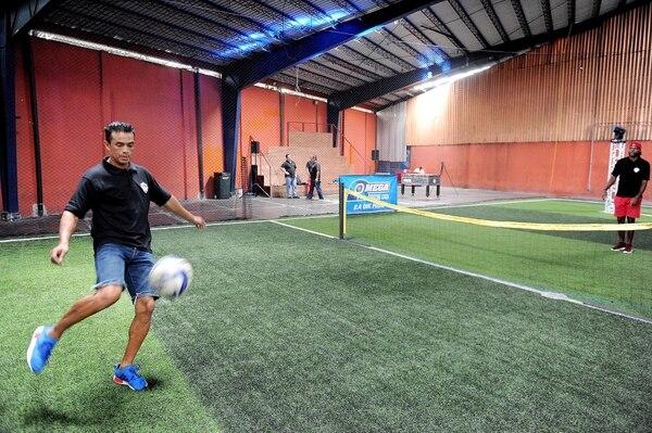 Paté Centeno tiene bastante experiencia en el fútbol tenis, el cual juega en el programa Los campeones del Team OK con Harold Wallace. Foto: Melissa Fernández.