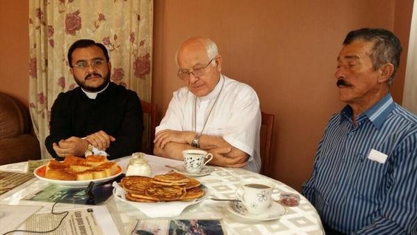 El sacerdote Sixto Varela se echó un yodo con el obispo Ángel San Casimiro y con don Evangelista Blanco el día que volvieron a contratar al jardinero del parque de Zarcero. Foto: captura de pantalla
