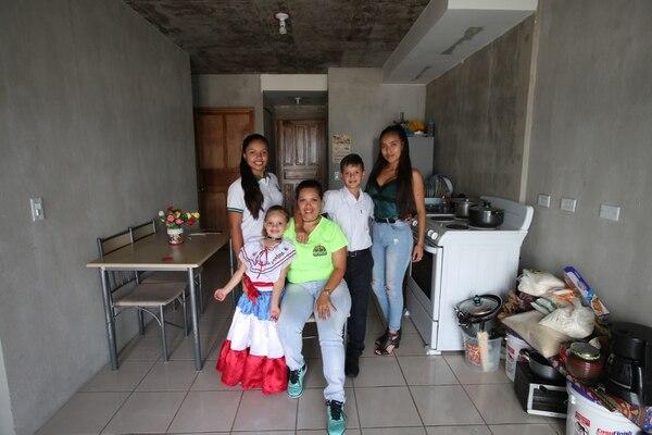 La familia ya está bien acomodada en su nueva casita Fotografía: John Durán