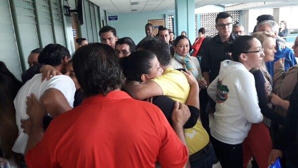 Luego de escuchar la sentencia los familiares de las víctimas se abrazaron celebrando el fallo. Foto: Keyna Calderón.