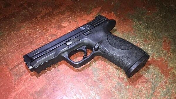 Las autoridades decomisaron una pistola que tenía denuncia de robo que fue interpuesta en este año. Foto: OIJ