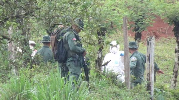 Los investigadores revisaron detalladamente la escena y encontraron un casquillo. Foto: Édgar Chinchilla.
